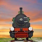 在美好的天空背景的老蒸汽引擎活动火车 免版税图库摄影