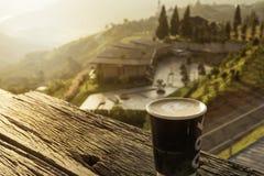 在美好的山景的热的拿铁咖啡 库存照片