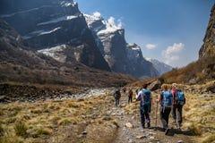 在美好的山风景中的登山家步行 图库摄影