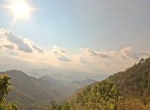 在美好的山风景的早晨阳光 免版税库存图片