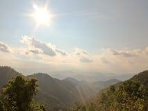 在美好的山风景的早晨阳光 库存照片