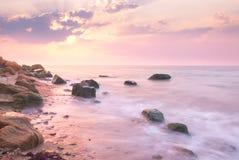 在美好的岩石海岸线的日出风景在海 免版税库存照片