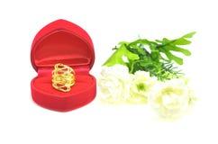 在美好的形状的金下垂有浮雕的贝壳花梢圆环首饰与在白色隔绝的花 图库摄影