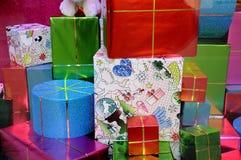在美好的文件wraped的圣诞节礼物 免版税图库摄影