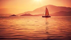 在美好的日落光的风船 图库摄影