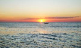 在美好的日落的传统亚洲小船 免版税库存图片
