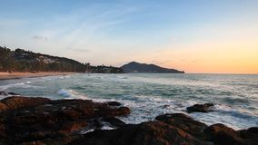 在美好的日落的热带海滩 股票录像