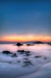 在美好的日落的热带海滩 免版税库存照片