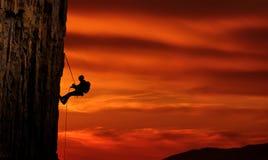 在美好的日落的登山人剪影