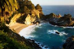 在美好的日落的McWay瀑布,路第1,加利福尼亚 免版税库存照片