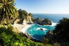 在美好的日落的McWay瀑布,路第1,加利福尼亚 免版税库存图片