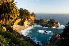 在美好的日落的McWay瀑布,路第1,加利福尼亚 库存照片