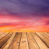 在美好的日落背景的木甲板地板。 免版税库存图片