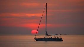 在美好的日落背景的游艇 股票录像