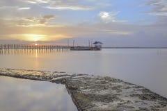 在美好的日落风景下的海滩 免版税库存照片