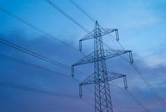 在美好的早晨光的电力定向塔 库存图片