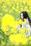 在美好的早期的春天,是最大的在上海在黄色强奸花中间的一个少妇立场归档了 图库摄影