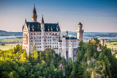 在美好的晚上光,菲森,德国的举世闻名的新天鹅堡城堡 免版税图库摄影