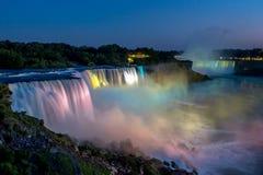 在美好的晚上期间,尼亚加拉大瀑布在夏天 免版税库存照片