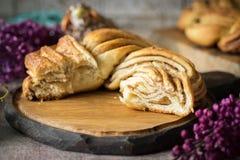 在美好的木背景的甜结辨的桂香小圆面包 库存图片