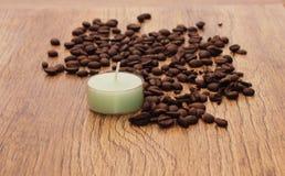在美好的木背景的装饰蜡烛 免版税库存照片
