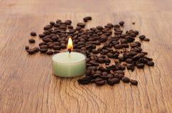 在美好的木背景的装饰蜡烛 免版税图库摄影