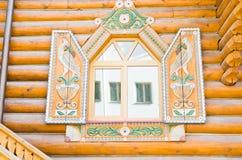 在美好的框架的窗口在木墙壁上 库存图片