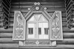 在美好的框架的窗口在黑白木的墙壁上 免版税库存照片