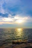 在美好的海运日落之上 库存照片