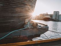 在美好的温暖的日落的木历史的北欧海盗小船 库存图片
