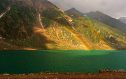 在美好的湖saifulmalook的一条双重彩虹 库存图片