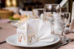 在美好的白色包装的婚礼bonbonniere 库存图片