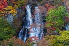 在美好的秋天季节的Kirifuri瀑布 免版税库存图片