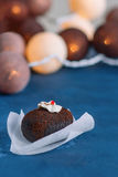 在美好的背景的甜巧克力蛋糕 用白色奶油装饰的顶面,果冻,巧克力片红色片断  在ba 免版税图库摄影