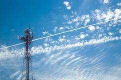 在美好的蓝天背景的无线通信塔 免版税库存图片