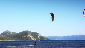 在美好的蓝色自然,克罗地亚的Kitebording 股票视频