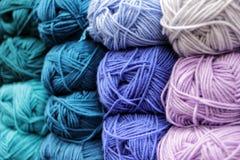 在美好的行安排的毛线色的丝球 上色蓝色,冷 E 羊毛,acryl 免版税库存照片