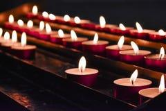 在美好的被弄脏的背景的燃烧的蜡烛特写镜头 免版税库存图片