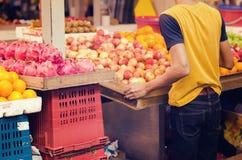 在美好的配色,新鲜水果在市场摊位的背景显示品种的新鲜市场活动  图库摄影