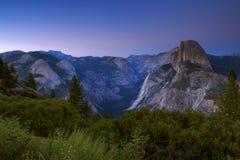 在美好的金黄光的半圆顶攀岩山顶在su 库存图片