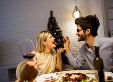 在美妙地装饰的新年内部的圣诞晚餐 免版税库存照片