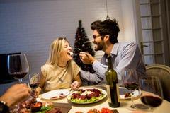 在美妙地装饰的新年内部的圣诞晚餐 库存照片