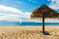 在美妙的下午的平静的海滩场面 免版税库存图片