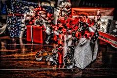 在美妙的色的纸包裹的圣诞节礼物HDR 库存图片