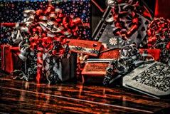 在美妙的色的纸包裹的圣诞节礼物HDR 库存照片