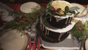 在美妙的装饰的圣诞节蛋糕饭桌上的顶面全景视图新年庆祝家庭欢乐大气的 股票视频