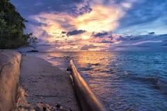 在美妙的绿松石热带天堂海滩的难以置信的日落 图库摄影