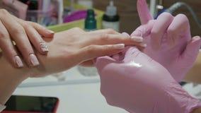 在美容院的修指甲 胶凝体,丙烯酸酯的钉子 股票视频