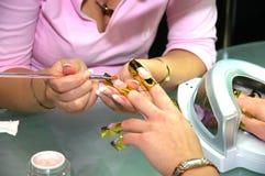 在美容院的修指甲 库存照片