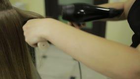 在美容院的发式专家干燥客户` s头发 股票视频